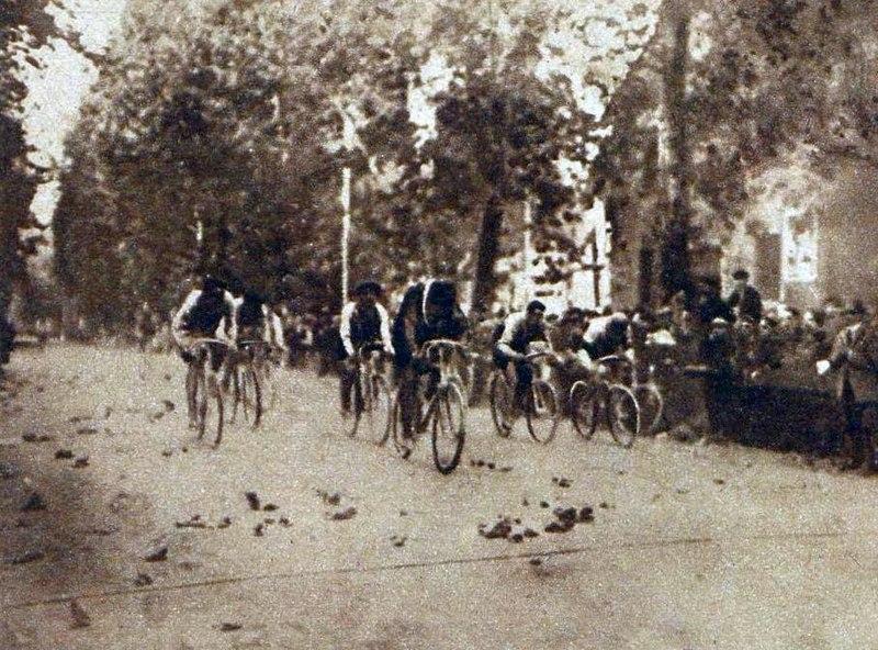 1143466355_800px-Henri_Plissier_vainqueur_au_sprint_du_Tour_de_Lombardie_en_1911.jpg.848a5fd86e0d16d188e700f99e9e861e.jpg